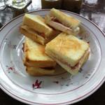 カフェ・ド・ラペ - グリエールチーズとハムのサンドイッチ