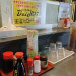 ハイウェイ食堂 - テーブル上にはさんぴん茶