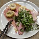 400℃ PIZZA - 前菜3皿セット その1 イタリアパルマ産プロシュットとゴールデンキウイ
