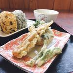 ゆい製麺所 - 春の天ぷらは筍、たらの芽、ちくわ すべて食べやすいサイズ