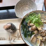 丸亀製麺 - 散々悩んで、結果「あさりうどん」と「鮭むすび」にした相方…(๐•̆ ·̭ •̆๐)