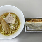 熊さん麺ショップ - 今回の試食は、お初の「醤油ラーメン」と焼き立て熱々の「餃子」ヽ(*⌒▽⌒*)ノ