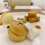 カフェ アメンドロ - お芋のスコーン