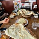 Ganjisugawa - チーズが伸び過ぎて、持ち上げた ナンが写真に映りません (^^;