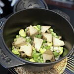 """150301760 - ◆瑞穗 """"豆、豆、豆""""・・春のお豆を使用した炊き込みご飯だと思ったいましたら、 女将さんが蓋を開けられた瞬間、ナント、ナント「黒鮑」様が特別ゲストで登場。嬉しいやら、驚くやら。(≧◇≦) ほぼ1個入ってますよ、嬉しい。お豆は「グリーンピース」「空豆」「スナップエンドウ」"""