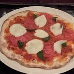 SENT JAMES CLUB - トマトとモッツアレラのピザ