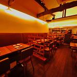 まんねん - まんねん心斎橋店の2階スペース。20名様までご利用可能。テーブルは自由にセッティングできます。