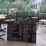 BISTRO FAVORI - テラスに置かれた黒板メニュー