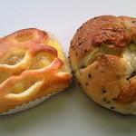 ティーモ - パインクリームパンとごまパンブルーチーズです。