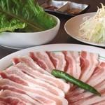 炭火焼肉ぎゅうぎゅう - 豚バラ焼 2~3人前 サンチュおかわり自由