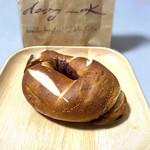 ベーグル&スコーン デザインケイ - こちらはシンプルなシナモンシュガー・プレッツェル。生地の美味しさを満喫したいならこちら♡