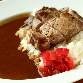 【名物!トンテキカレー】低温調理でじっくり仕上げた柔らか豚肉