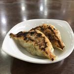 中華料理 おがわ - サービスの餃子2個