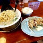 煮干中華 あさり - 餃子も揃えて、天地返ししてる麺は細麺
