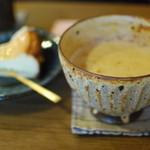 稗島珈琲店 - チャイラテとチーズケーキ この器がステキすぎて後日天草の朝虹窯を訪ねました。