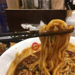 辛っとろ麻婆麺 あかずきん - モチモチ中太麺がスープに絡む。