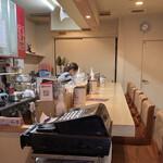 マダム・カリー - 喫茶店みたいなキレイなカウンターだけの店内で優しいマダムがお待ちかね。これは常連さんになっちゃいますね♡