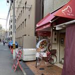 マダム・カリー - 北浜のビジネス街の一角に佇む「マダム・カリー」さん。赤いママチャリはマダムの自転車かしらね(*´艸`)