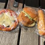 ハタダベーカリー - 料理写真:左から野菜ピザパン、メンチカツ、フランクロール