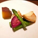 神楽坂 鉄板焼 中むら - 焼き野菜  グリーンアスパラガス、玉葱、白霊茸、紅くるり大根、シルクスウィート、白ワインのクリームソース