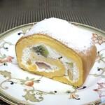 果実工房 新SUN - ◆スポンジ生地は玉子多めで、しっかりタイプ。 生クリームは程よい甘さで美味しく、小さくカットした「キウィ」「オレンジ」「パイン」「小量の苺」などが入り、美味しい。
