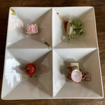 中華バルSAISAI。 - 前菜(胡麻豆腐お花添え、プチトマトマリネ、       蛍烏賊のカルパッチョ、水餃子)