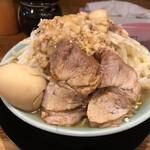 ラーメン 盛太郎 - ラーメン・チャーシュー2枚(690円) ヤサイ・背脂・ニンニク・麺半(煮玉子付き)