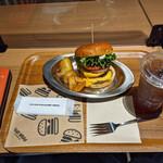 150459647 - ダブルチーズバーガー、セット手割フライ、ウーロン茶