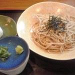 丸福 - ざるそば(660円也)とおにぎり(100円也)