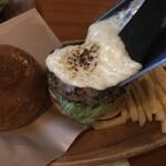 バーガークラフトマン - ラクレットチーズバーガーは目の前でチーズを掛けて仕上げてくれます。