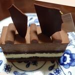 150485333 - オセロ✨ビターチョコムース、メープル&マスカルポーネのムースとトンカ豆のクリームの組み合わせが良く合います。「チョコのケーキ」では片付けられない奥ゆかしさ♫