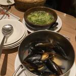 バルデエスパーニャ ビルゴ - - プリプリ海老のアヒージョ - バゲット - ムール貝の白ワイン蒸し