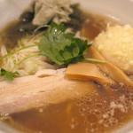 夢こばち - 夢小鉢ラーメン 680円 鶏ガラ醤油系 トッピングが煮豚、シナチク、半熟卵の天ぷら、とろろ昆布、三つ葉と個性的