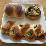 イタガキベーカリー - 料理写真:アスパラ2種と天使のおしりパン100円