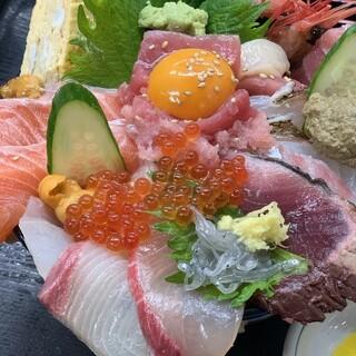 味はもちろん、見た目も豪華な「海鮮丼」で笑顔をお届けします