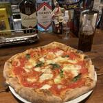 ピッツェリア・エ・バール・ラ・ボラッチャ - ピッツァマルゲリータ!直径30センチはありそうな皿から はみ出るビッグサイズ!