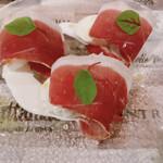 150536502 - 24ヶ月熟成のハム、モッツァレラチーズ、フルーツトマト