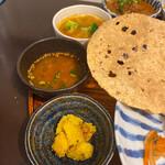 月と亀 - お惣菜やスープ、野菜たっぷりカレー。見事な和とインドの融合!
