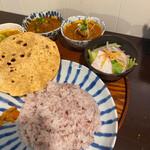 月と亀 - 2種類のカレーとサラダ。大好きな五穀米⸜(๑'ᵕ'๑)⸝