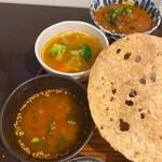 月と亀 - スープはほんのりピリ辛。酸味もあるのでラッサム風です。
