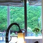 150548884 - 窓から見える素敵な庭