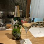 Chisousottakuito - ふひと様にご馳走になりました。             ペリエ・ジュエ・ベル・エポック2012             200年を超える伝統と革新             美しいアネモネのボトルと洗練された味わいの             「フルール・ド・シャンパーニュ」