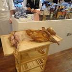 ビストロ ダイア - 石田めん羊牧場の仔羊の丸焼き。このために作った特製まな板に乗ってます。