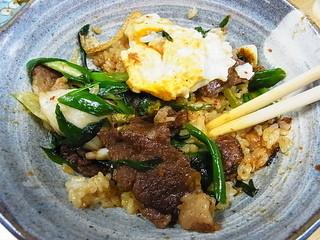 ホルモン料理専門處 利根屋 - ← コウネ丼:卵混ぜて