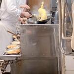 150576227 - 「エビチャーハン」(1000円)の調理シーン