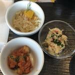 150583451 - 洋風小皿3皿は、ターキーハムオレンジマリネ(左上)、ミックスビーンズトマト煮(左下)、鯖フレークカレー風味(右)
