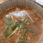 麺屋 なる戸 - 魚介系のスープ。中にチャーシュありますよって言われたけど無かったら怒るわ!(笑)