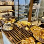 本郷ベーカリー - それほど広い店内ではありませんがパンの種類は豊富 満開な状態を眺めたかったですがまた今度ということで