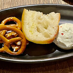 SCHMATZ - お通しです ちびプレッツェルとガーリックトースト、クリームチーズです