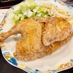 食堂もり川 - 迫力のある丸鶏唐揚げ(半身)定食にはマカロニサラダもついてます